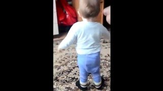 Забавный танец ребенка