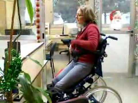 Fauteuil roulant manuel avec verticalisation lectrique hi l youtube - Fauteuil roulant chenille ...