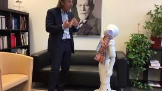 Prof. Druyen mit dem humanoiden Roboter Pepper im Gespräch