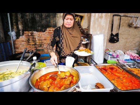 Halal Thai Street Food in Bangkok - AMAZING THAI CURRY and ROTI Food Tour!
