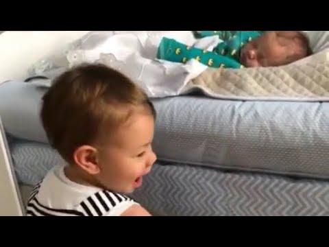 Andressa Suita mostra Gabriel observando o irmãozinho dormir😍