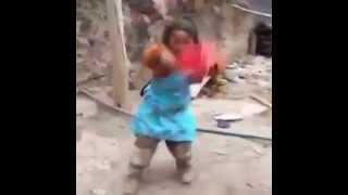 Смешно поет и танцует