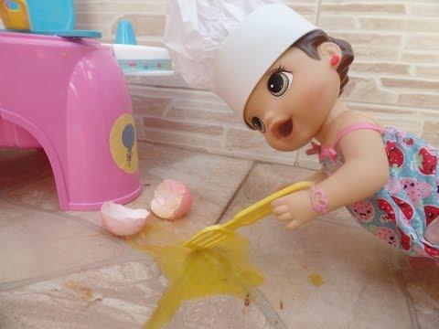 Baby A Amandinha faz muita bagunça na cozinha
