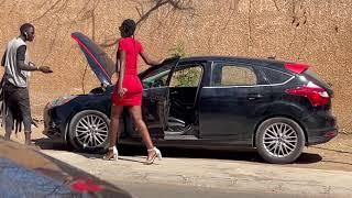 Elle tombe en panne puis se fait draguer par un marchand ambulant ( Camera Cachee Mahfousse )