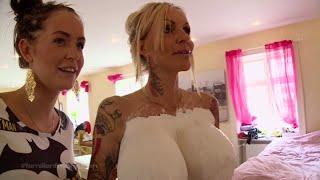 Geggo støber Linses bryster i gips