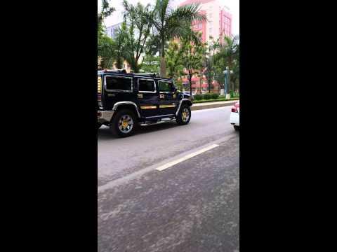 Hummer H2 hầm hố trên đường Hoàng Quốc Việt