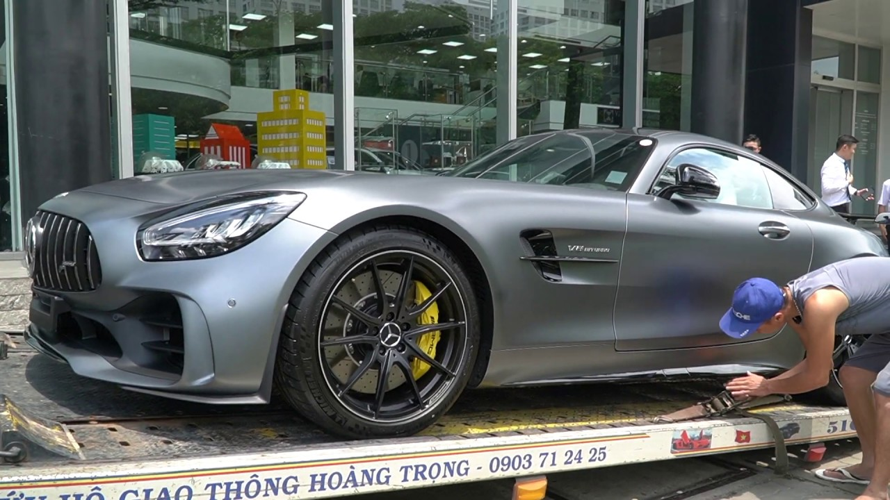 Mercedes AMG GTR khó khăn khi vào showroom Mercedes Phú Mỹ Hưng. Chút xíu thôi anh lái xe ăn đủ rồi