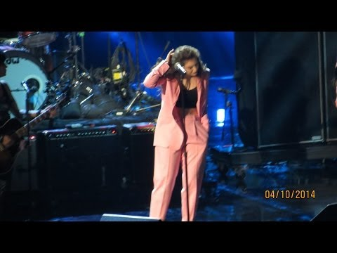 Lorde performing Nirvana's All Apologies in the 2014 Hall Of Fame Inauguration