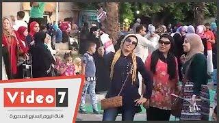 """بالفيديو .. فرحة الشباب بالتقاط """" سيلفى """" بساحة عمرو بن العاص"""