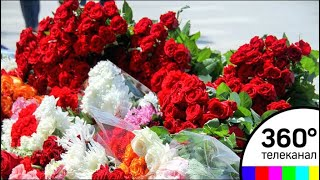 Москвичи несут цветы к посольству Испании в России