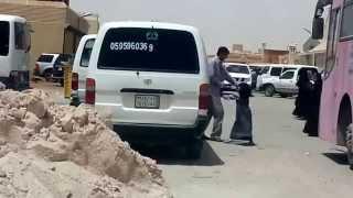 سائق باكستاني يضرب طفله كف  يوجد رقم جواله على الباص
