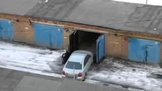 Як правильно заганяти машину в гараж Покрокова відео-інструкція з закадровыми коментарями.