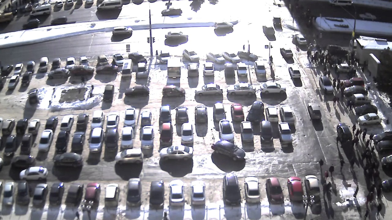 Lexus сбил студентов на остановке ЮУрГУ