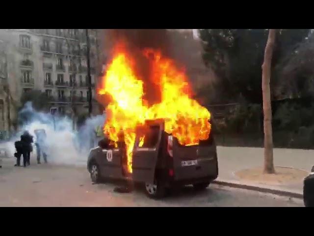 Felgyújtott autó Párizsban | Vadhajtások.hu