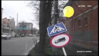 Man getting hit by traffic signal - Funny accident