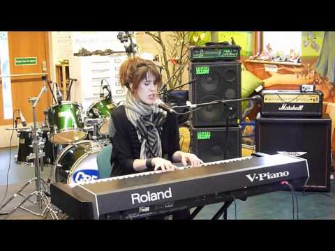 Imogen Heap - First Train Home (Phoenix FM Creative Session)