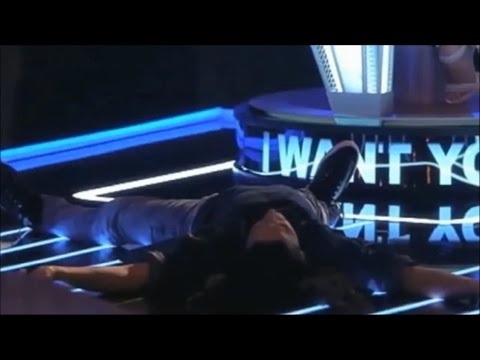 Giám khảo The Voice ngất trên sàn vì giọng hát khủng của thí sinh