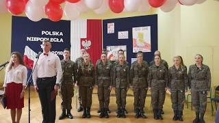 Szkolne obchody 100. rocznicy odzyskania niepodległości przez Polskę   uroczyste spiewanie hymnu