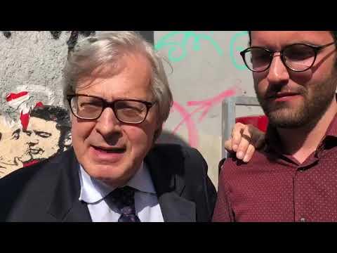 """Sgarbi: """"Perché la Raggi fa rimuovere i murales sulla politica?"""""""