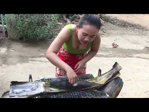 Beautiful girl Roasted big fish with banana Bark-Roasted Fish Recipe-How to Roasted Delicious fish