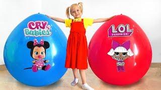 Девочка Алиса играет в игрушки в огромном шаре /Giant balloons w/ surprise toys