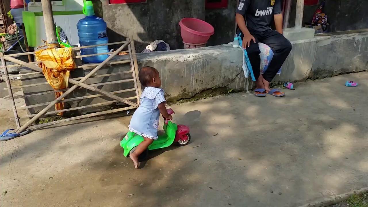 Lucu Anak Kecil Naik Motor Vespa Mainan