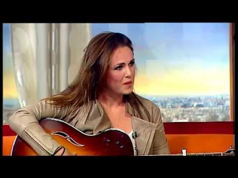 Sandi Thom performs - 'November Rain' | Ireland AM