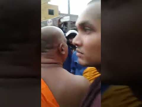 Monk-led mob attacks #Rohingya refugees in Sri Lanka