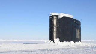 צוללת של הצי האמריקאי עולה מתחת לקרח