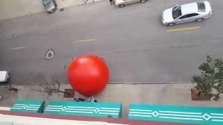 """【あわや】街中で巨大な""""赤いボール""""が疾走! 突然の事態で果たして…"""