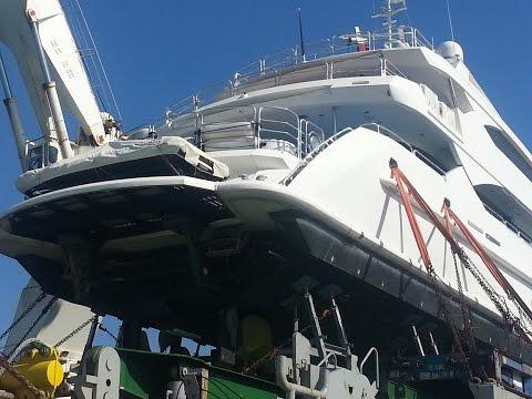Economic crisis .... millionaires unload expensive yachts!!!!!!!!!