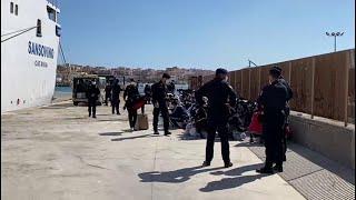 Lampedusa, la partenza di 250 minori non accompagnati, destinazione Taranto