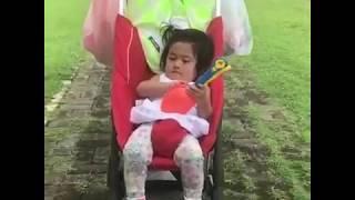 Terima kasih Mama Sekop Barunya Vania Nanti Mau Main Pasir...