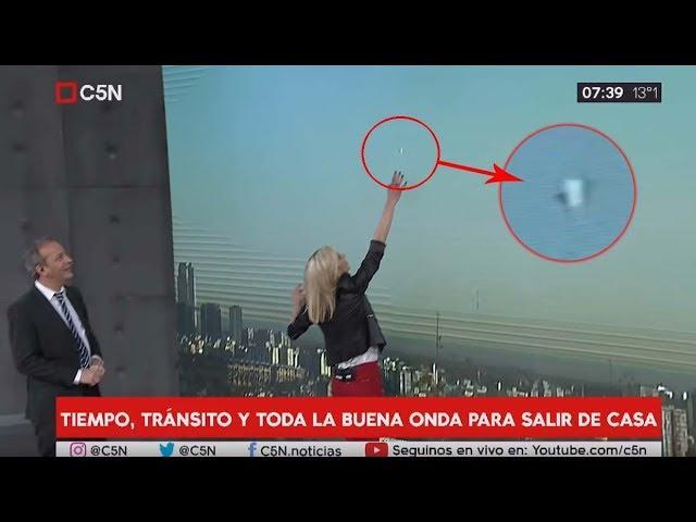 Presentadores se quedan atónitos al ver un OVNI durante un programa informativo argentino