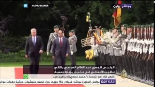 """مصريون يستقبلون السيسي بـ""""ملابس الإعدام"""" ولافتات احتجاجية لحظة لقائه بنظيره الألماني"""