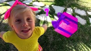 Alicia caza huevos sorpresa de Pascua