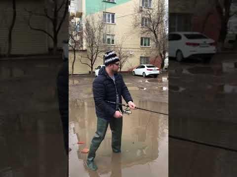 Мужик в Астрахани в луже поймал Сазана
