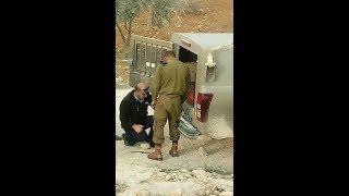 مدير شرطة الخليل يقوم بإصلاح عجلات دورية عسكرية إسرائيلية     #بي_بي_سي_ترندينغ