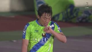 低い弾道のミドルシュートは相手GKに阻まれるも、こぼれ球を梅崎 司(湘...