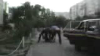 Видно что милиция Обухова превышает свои полномочия.(http://video-trailer.ru/ На видео съемке видно как трое мусаров избивают человека. А в последствии говорят его не кто..., 2012-09-10T09:40:34.000Z)