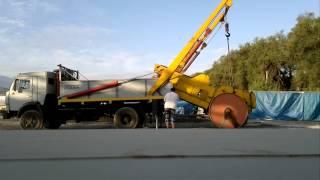 Камаз 4325 портальный кран(Погрузка дорожного катка 8 тонн., 2013-08-22T14:11:00.000Z)