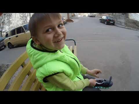 Назар учится кататься на Heelys (хилисах)