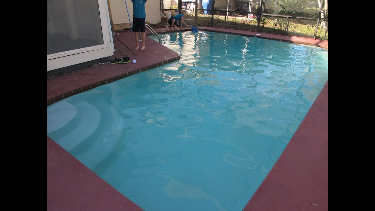 How to clear up green swimming pool water end video youtube for How much water is in a swimming pool