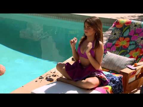 Sarah Hyland in Bikini Shows Her Feet