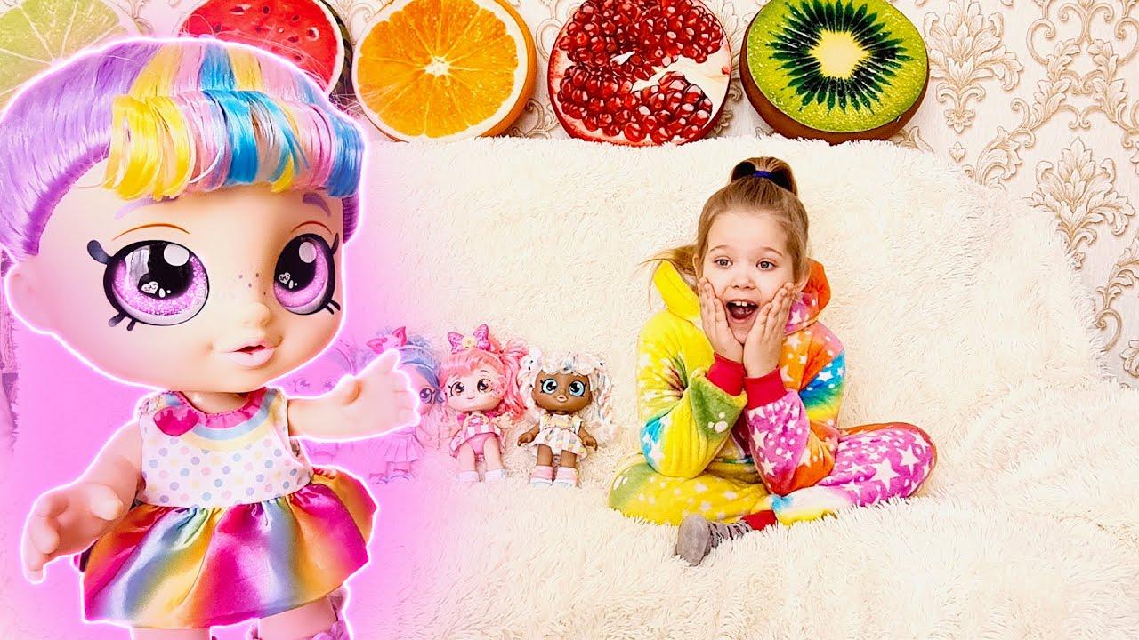 Лера играет с новыми куклами