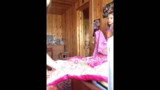 Мы с Сабиной делаем шалаш!!! Как сделать домик или шалаш дома.