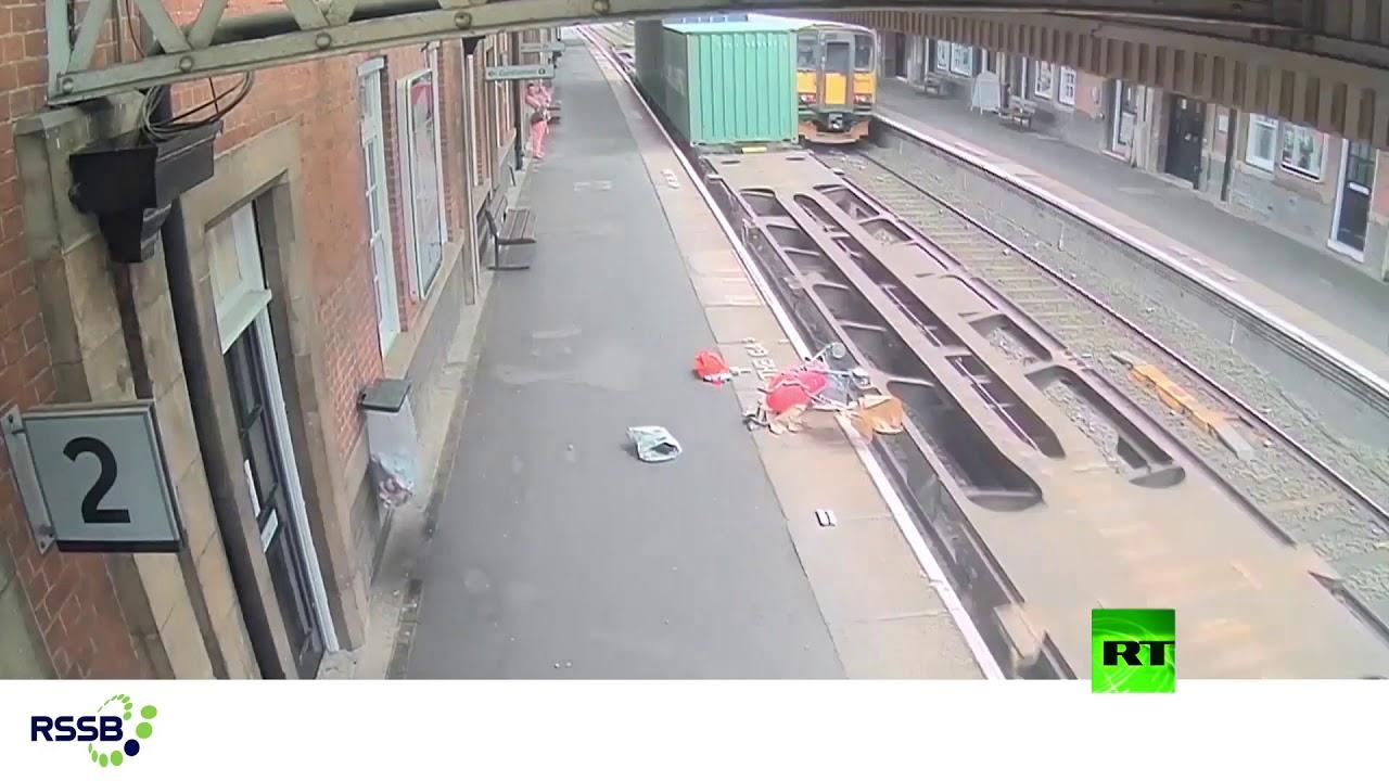 حادث مرعب على رصيف القطارات في بريطانيا...