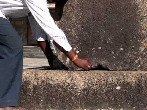 Belur Temple - pillar on 3 points - Demonstration of the cloth passing acorss