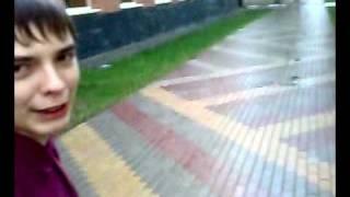 Малой в шортах под дождём