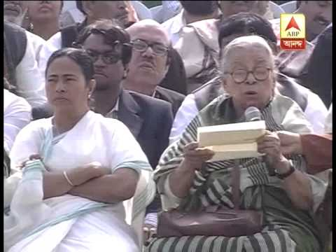 Mahasweta Devi heaps praise on Mamata Banerjee, says she wants to see Mamata PM.